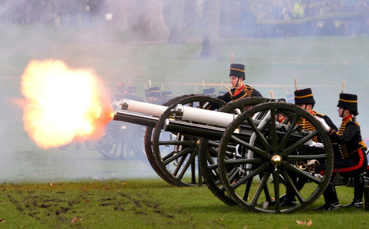 Gun salute marks Queen Elizabeth's 65 years on British throne